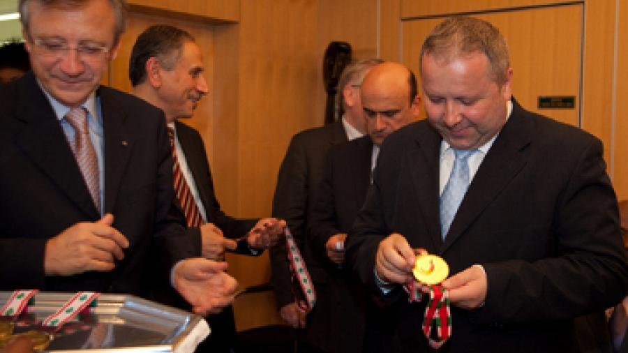 Monsieur Vasile Timis, Secrétaire d'Etat à la Culture et au Patrimoine national de Roumanie reçoit la médaille des Jeux de la Francophonie © CIJF/ photo : Patrick Lazic